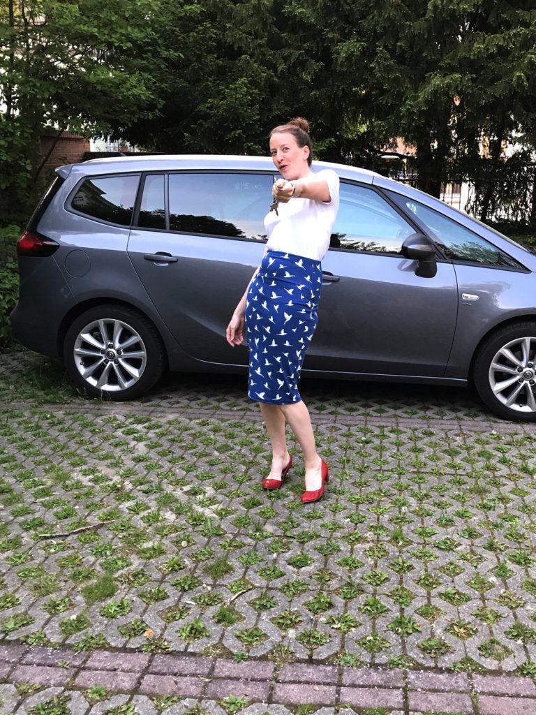 Im Bleistiftrock, Business Style, vorm Auto