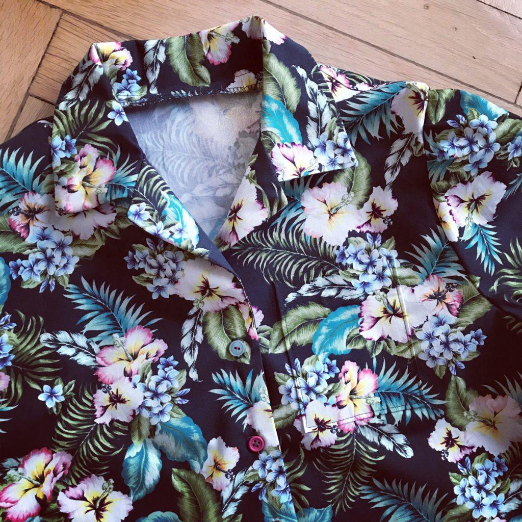 Bruna-Bluse aus LMV auf Boden liegend